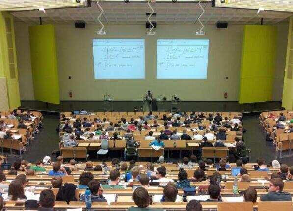 在线学生比实际参加者更多地参与讲座